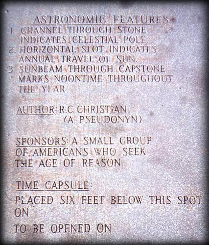 Diese Tafel erklärt einige Eigenschaften des Denkmals und seiner Autoren (mehr darüber später). Das Öffnungsdatum für die Zeitkapsel wurde ausgelassen.