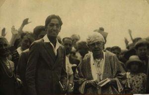 J. Krishnamurti mit Annie Besant, der Präsidentin der Theosophischen Gesellschaft im Jahr 1926. Diese Foto könnte im alten Krotona aufgenommen worden sein - eine Theosophische Kolonie im heutigen Beachwood Canyon in Hollywood gelegen.
